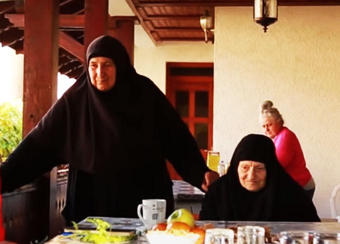 """""""МОЛИМО СЕ И ЗА НЕПРИЈАТЕЉЕ!"""" Епска битка три непобедиве монахиње иза бодљикаве жице на Косову (ВИДЕО) - Čudo"""